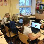 Õpilased otsivad internetist infot.
